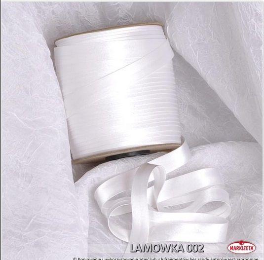 #lamówka_do_firan_biała Lamówka w kolorze Białym jest to produkt, który świetnie nadaję się do wykończenia różnego rodzaju firan i zasłon.  Lamówki to produkt doskonale pasujący do wszelkiego rodzaju firanek z woalu.    Kolor: biały Szerokość: 15 mm Długość: dowolna wykończenie: atłasowe Produkt pierwszego gatunku Miły materiał w dotyku zaprasowana lamówka kasandra.com.pl