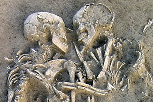 A few days ago archaeologists found near Mantua, 25 miles south of Verona, Italy, two ancient human skeletons locked in a tender embrace. The two prehistoric bodies, which seem to cuddle closely while facing each other for eternity, are supposed to have been buried at the same time, probably following a sudden and tragic death. Maybe they hide the most beautiful and sad story of doomed love…