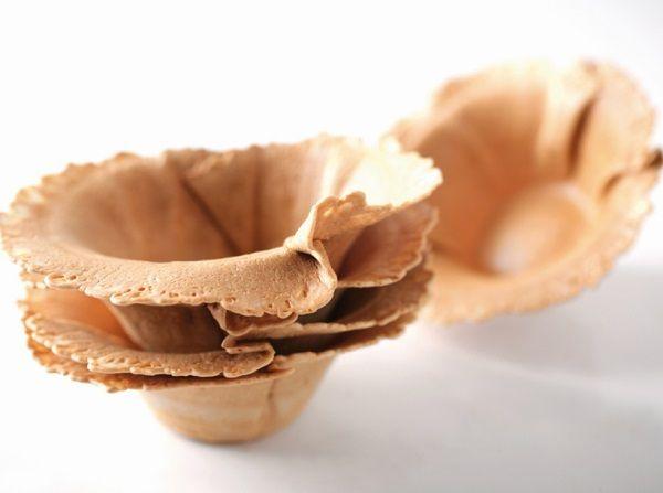 Супер #рецепт корзинок. Надо для рецепта: 320 г яичного белка, 500 г сахара, 120 г муки, 4 яйца Установите мотылек на нож #Mycook и поместите все ингредиенты в чашу, готовьте 1 мин. / скорость 4-5  Для выпечки корзинок, сделайте маленькие блинчики с помощью ложки на бумажном листе. Поставьте готовиться в предварительно разогретой духовке до 180°С до золотистого оттенка.  Достаньте с помощью лопатки и положите на стакан. Остывая, выпечка примет форму корзинки. 🍮🍮🍮🍮🍮 #пошаговыйрецепт…