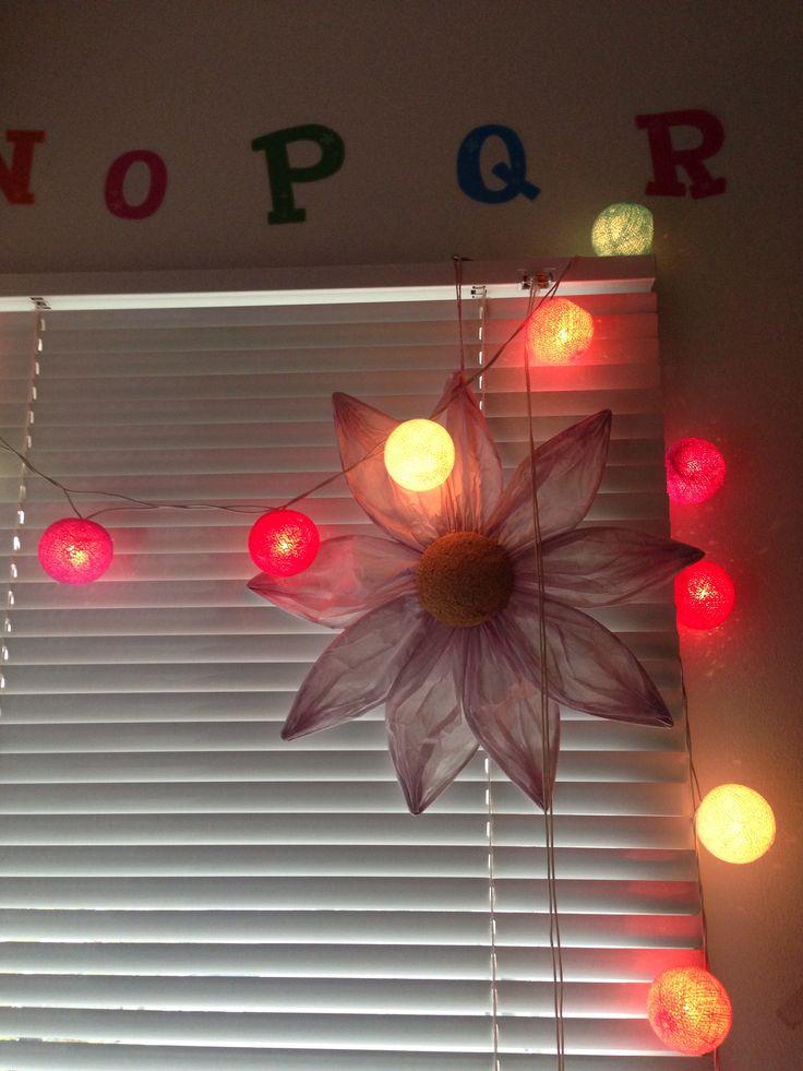 Pep børneværelset op med Wall Stickers, Kulørte lamper og dekorative blomster.
