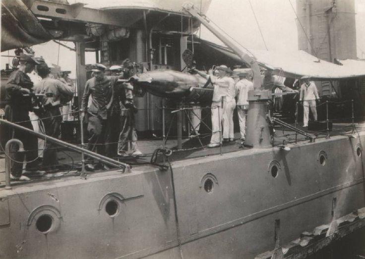 Hr.Ms. De Ruyter , laden van torpedo.