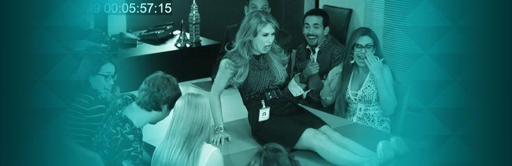 El Poli con sus cámaras de seguridad ve que es lo que pasa en la agencia de publicidad Icónika. Y descubre a Lichita aflojando los tacones de Luciana.