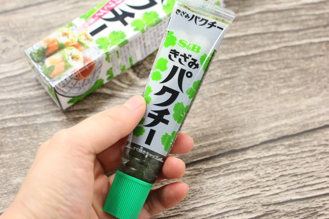 チューブタイプの調味料「きざみパクチー」が、2月13日にヱスビー食品から発売されました。希望小売価格は125円(税別)。  #えん食べ