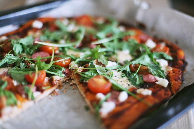 Сегодня мы вместе с Юлией Ивановой будем радовать Вас невероятным простым рецептом лёгкой пиццы. Мы любим тонкое тесто, рукколу, помидорки черри, а ещё лучше, когда они все вместе. Кстати, вы можете экспериментировать с ингредиентами, ведь пицца, как холст, на котором можно нарисовать, что угодно :)
