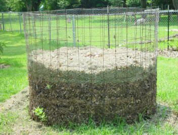 composter: Gardens Ideas, Chicken Wire Compost Bins, Wire Rings, Connecticut, Gardens Things, Homemade Compost, Black Gold, Bins Design, Gardens Growing