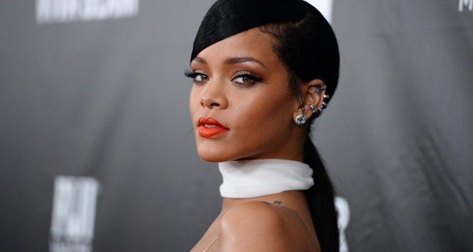 """Dünyaca ünlü şarkıcı Rihanna, geçmişte yaşadığı ilişkilerinde duygusal bir bağ olmadığını söyledi. Rihanna, verdiği bir röportajda şaşırtan açıklamalarda bulundu.Ünlü şarkıcı geçmişte yaşadığı ilişkileri hakkında, """"Geçmişte yaşadığım ilişkilerimde duygusal bir bağ olmadı, hepsi sıradan ilişkilerdi"""" ifadelerini kullandı. Ünlü şarkıcının bu paylaşımı sosyal medya da gündem oldu."""
