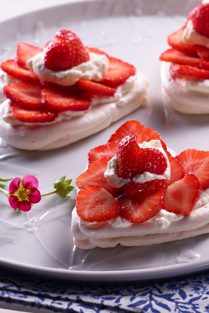 Luftige Baiserherzen mit Erdbeeren als Dessert oder für die Kaffeetafel