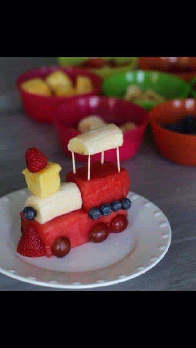Deze trein is altijd op tijd ! van watermeloen, banaan, ananas, aardbei, bos- en aalbessen.