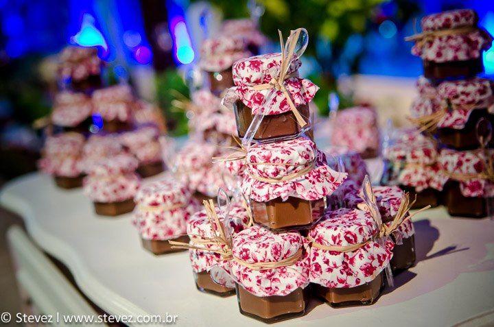 Olha que idéia simples e charmosa de lembrancinha de casamento para fazer em casa (e economizar):doce-de-leite no potinho. Gostou da idéia? Os potinhos de vidro você encontra neste link aqui a par…