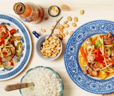 Detta recept på kyckling med jordnötter och sweet chili är en asieninspirerad utsökt rätt med mycket smak och en tillagningstid på under 30 minuter. Servera kycklingen med ris och toppa med jordnötter. Supergott och uppskattat hos vuxna och barn!