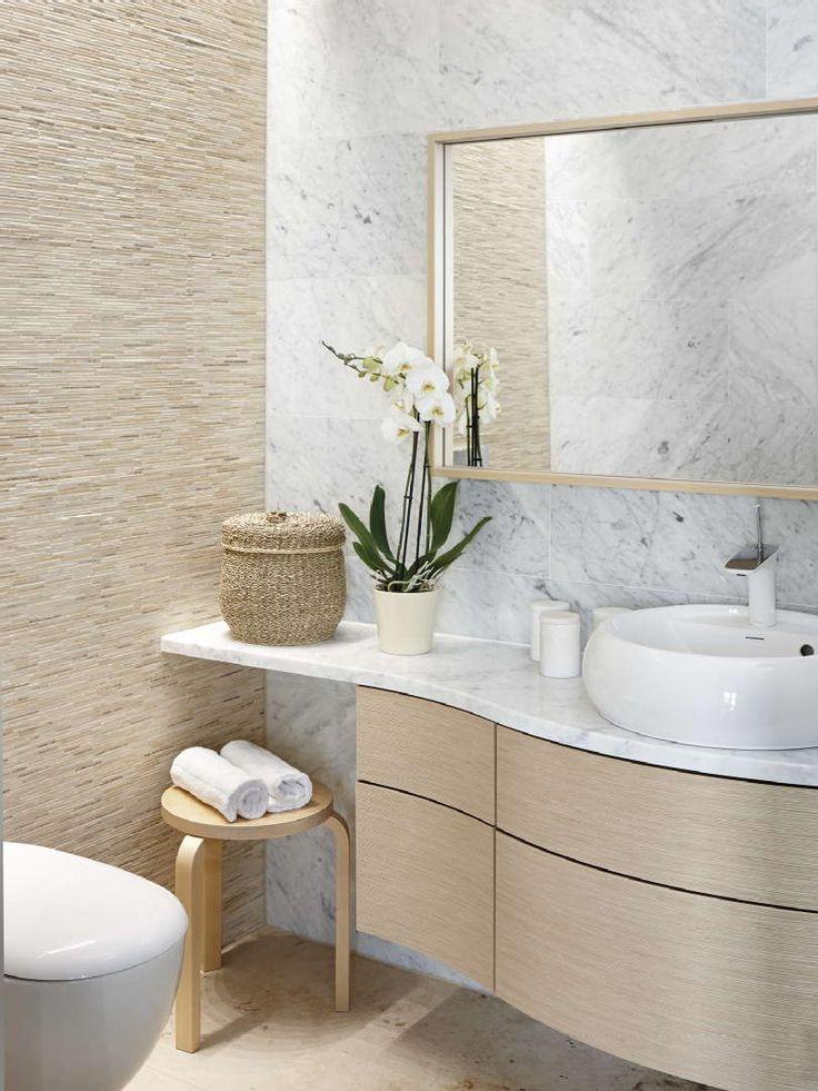 Mosaiikin rakenteellisuutta ja marmorin elävää pintaa wc-tilan seinustoilla. #etuovisisustus #tulikivi