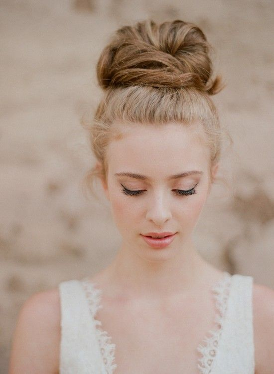 pretty: Natural Makeup, Bridesmaid Hair, High Buns, Hairmakeup, Hair Makeup, Messy Buns, Wedding Hairstyles, Hair Buns, Tops Knot