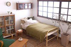 小振りなレトロ家具でつくるスッキリとした一人暮らし部屋。