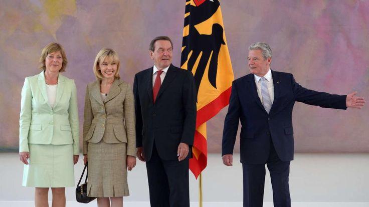 Mai 2014: Gerhard Schröder (2.v.r.) und seine Ehefrau Doris werden von Bundespräsident Joachim Gauck (r.) und dessen Lebensgefährtin Daniela Schadt im Schloss Bellevue in Berlin empfangen - Scheidung: Gerhard Schröder und Doris Schröder-Köpf trennen sich