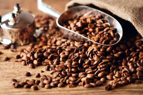 Chcete, aby boli vaše vlasy krajšie? Vyskúšajte na ne kávový píling. Mysleli ste si, že káva je skvelá iba na pitie, keď si chceme pochutnať, alebo dodať energiu? Omyl! Dokáže toho oveľa viac - napríklad vzpružiť naše vlasy, dodať im lepší rast, oživenie a silu. Obsahuje totiž nielen kofeín, ale aj veľké množstvo antioxidantov. Ak dokážeme využiť ich pôsobenie, môžeme si vypestovať naozaj krásne vlasy!