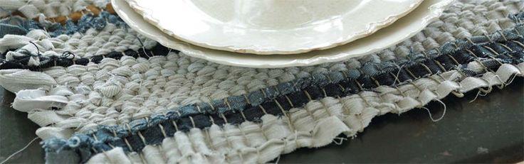 Tovagliette di tessuto riciclato   Cè qualcosa di veramente speciale e soddisfacente nel trasformare semplici strisce di tessuto in un unico pezzo di stoffa. Create queste tovagliette utilizzando vecchi stracci strofinacci e pezzi di jeans.  Ecco quello che vi occorre  Un pezzo di legno di scarto per creare il vostro telaio almeno 5040.5cm (si può anche riutilizzare una cornice vuota)  Vecchi jeans o tessuto di scarto di un certo spessore  Circa 140 chiodi di dimensioni standard (con piccole…