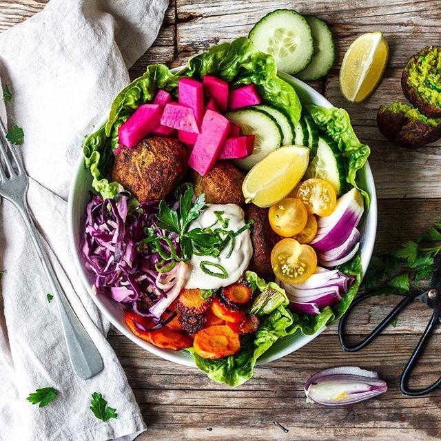 We love #falafel and we love #bowls. So we had to make a big, comforting falafelbowl! Sooo goood   German recipe on the blog now!   #falafel #vegan #vegankannjeder #whatveganseat #vegansofig #vegansofinstagram #bowls #veganbowls #falafelbowl #healthyfood #plantbased