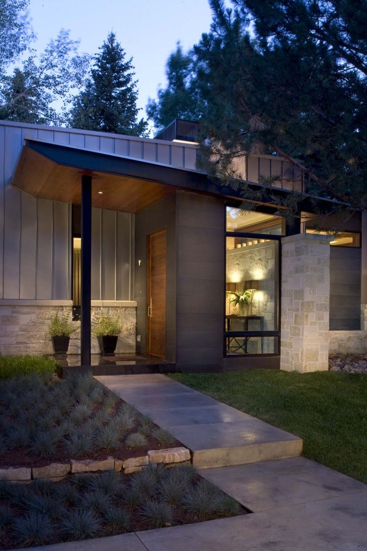 Mid century modern home exterior - Contemporary Ranch House Remodel Front Entrance Ideas With Walkway Small Yard Green Grass Traditional Home Exterior Garden Landscaping Villa
