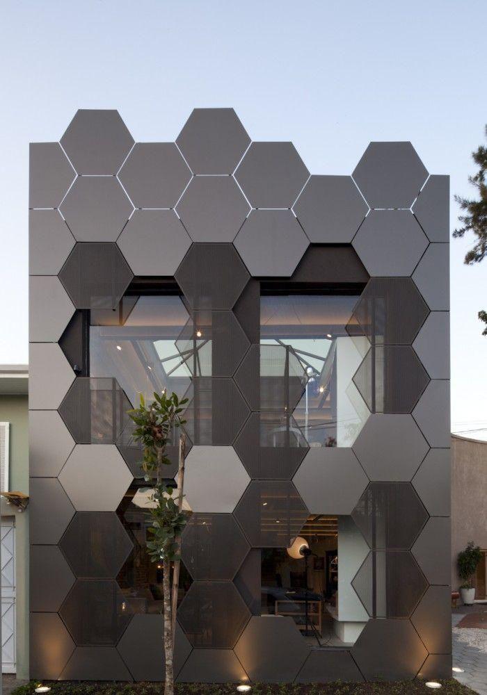 Fachada de loja com revestimento hexagonal cinza e preto