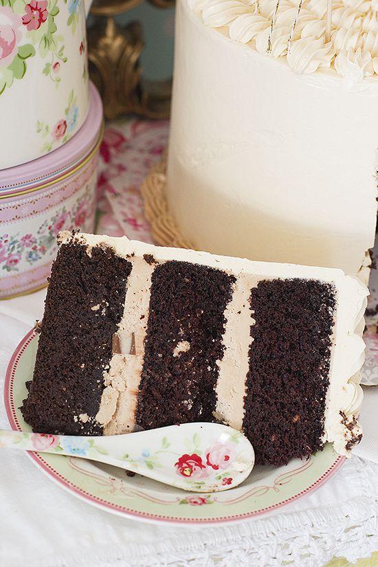 {Tarta chocolate Kinder }Deliciosa combinación de esponjoso bizcocho de chocolate, avellanas, y chocolatinas Kinder, irresistible!