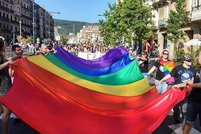 Miles de personas celebran en Euskadi el día Internacional del Orgullo LGTBI y afirman que «queda mucho por conseguir» La asociación de Gais, Lesbianas, Transexuales y Bisexuales han iluminado el donostiarra Palacio del Kursaal con la bandera del arco iris El Diario Vasco, 2015-06-28 http://www.diariovasco.com/sociedad/201506/28/miles-personas-celebran-euskadi-20150628184919.html