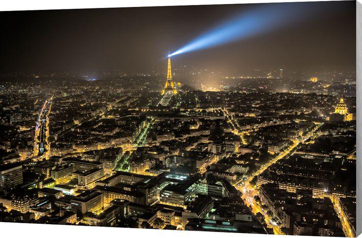 Paris cityview at Night. De Eiffeltoren en stadslichten van ver boven Parijs. Luxe wanddecoratie van Wallstars.