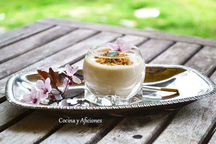 Vasitos de ajoblanco con ajo negro y coco