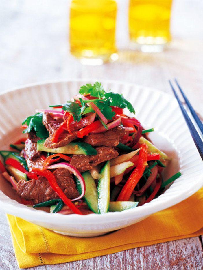 ピリッと辛いタイ風サラダ。肉を食べつつ野菜もたっぷりとれるのがうれしい|『ELLE a table』はおしゃれで簡単なレシピが満載!