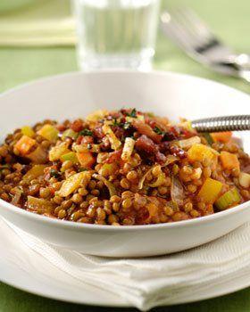 Linzen en groentenpotje met knoflook, tijm en spekjes