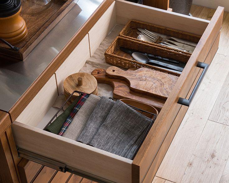 節ありのラフな質感の無垢材に、アイアン風の取っ手を組み合わせた、ヴィンテージテイストの「LINA 120カウンター」。