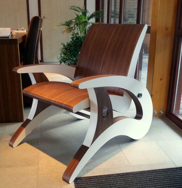 Een zelfontworpen en gemaakte torsieverende stoel, afgewerkt met notenfineer en HPL.