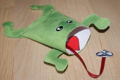 Zabawka zręcznościowa - żabka z rolki po papierze toaletowym. Arcade toy - frog with toilet rolls.