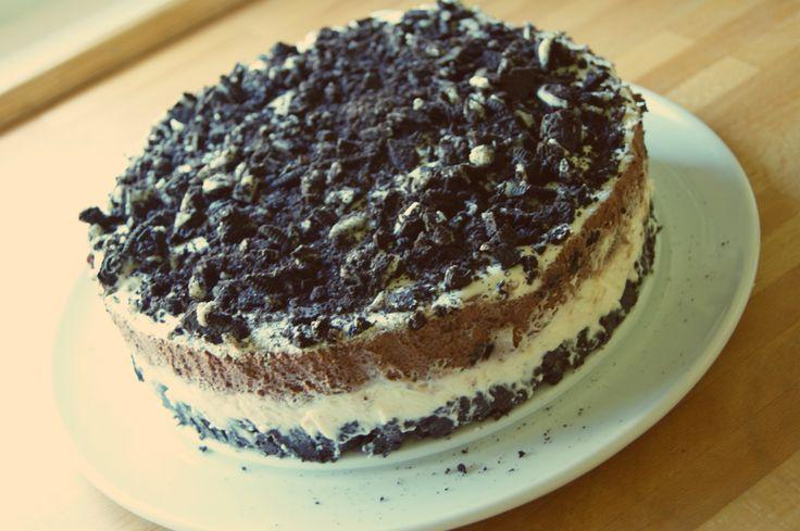 Denne kaken får vår familie til å gå bananas. Oreokaken er ALLTID en hit på kakebordet og er i følge min seksåring, VERDENS BESTE KAKE ;) Enkel oppskrift.