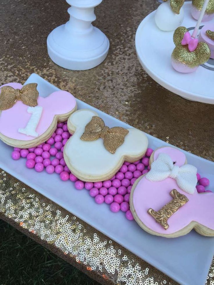 Decoracion Minnie Gold ~ Cookies at a gold & pink Minnie Mouse birthday party! See more party