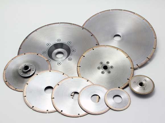Алмазные диски диски   Алмазные диски по бетону применяются для резки ручным инструментом и швонарезчиком, с подачей воды либо «в сухую». Резка алмазным диском для бетона осуществляется непосредственным контактом материала с алмазным сегментом. Эффективность резки, ресурс сегмента и самого диска напрямую зависит от алмазной связки, для алмазных дисков по бетону наиболее подходит мягкая алмазная связка, так как при твердой алмазной связке будет происходить эффект «зализывания», то есть алмазы