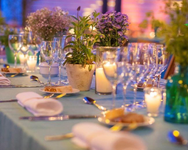 Dale un toque romántico y cálido a tu boda decorando con velas Image: 11