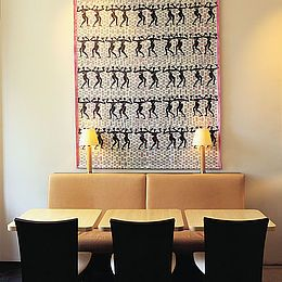Amokka: Kurage' karakteriske design til den navnkunde café i København omfattede corporate design, farvekollektion, tekstile produkter, porcelæn, emballage og brochurer. Læs om casen: http://kurage.dk/fileadmin/user_upload/Projekter_pdf/Kurage_TV2_OEst_og_Amokka.pdf