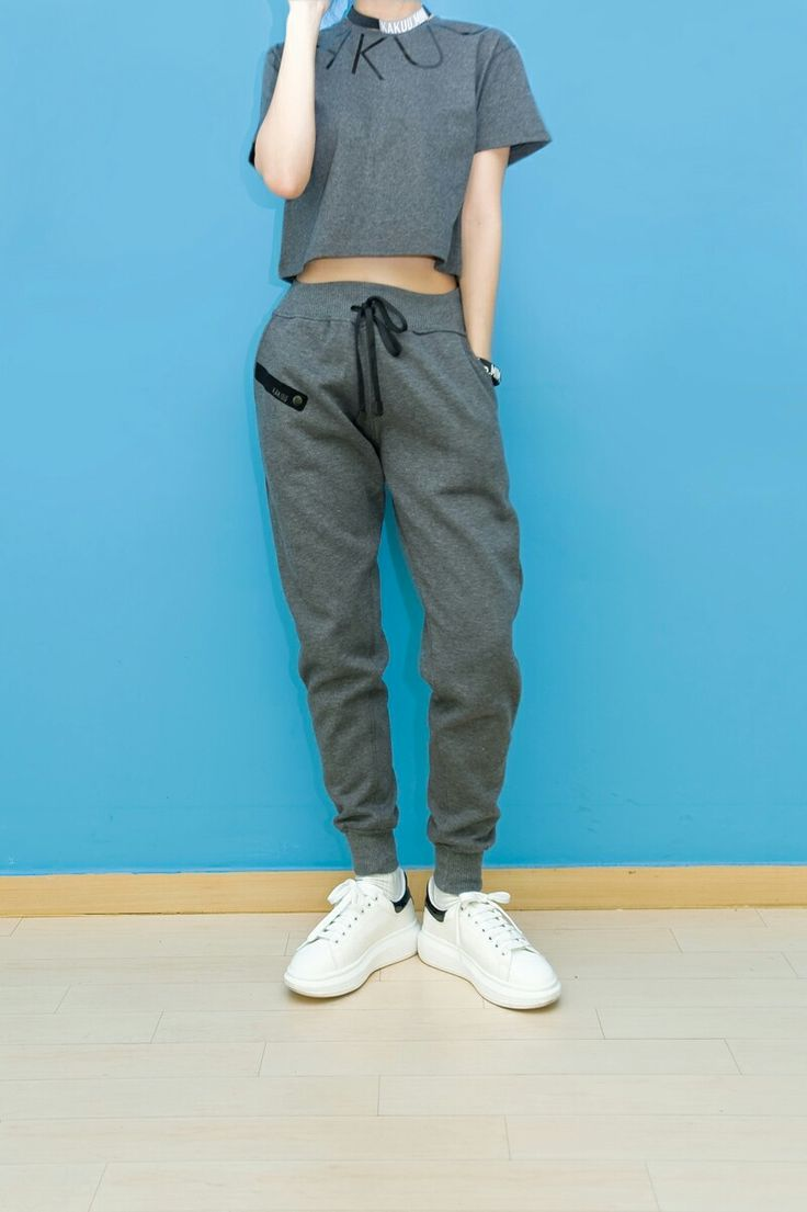 They are comfortable, yes, but they kind of look sloppy. All that changed when the jogger pants was introduced. Aren't they the same thing? What's the difference between those? The difference between joggers and sweatpants is that joggers are actually meant for jogging. Even though they're made with the same material, jogger pants are lightweight and will allow your legs to breath - kakuubasic.com