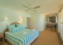 Noosa Quays - King Bed - Noosa Sound Accommodation