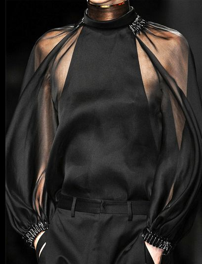 notordinaryfashion:  Givenchy Haute Couture - Detail  Haute Couture blog :)