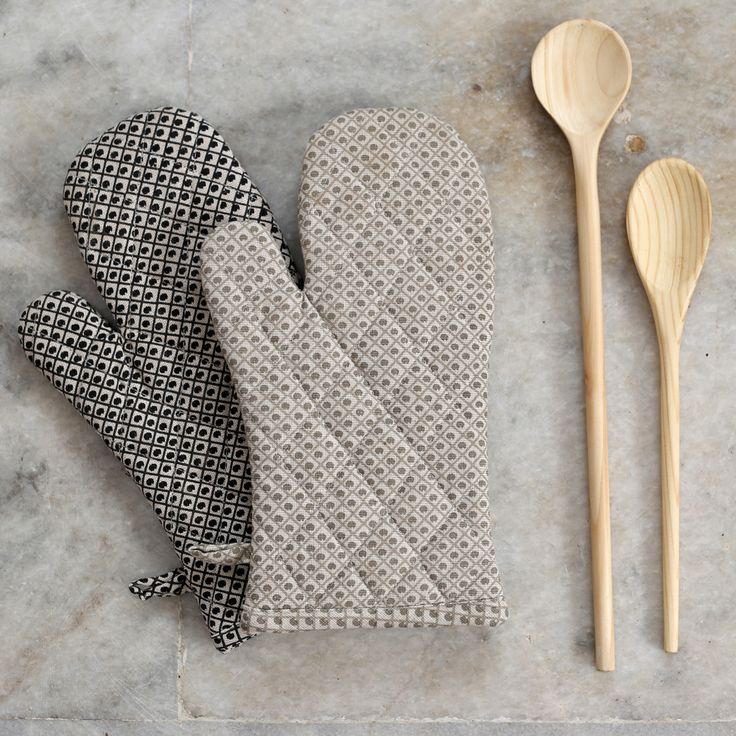 Featuring fun design and neutral colour palette, these quilted handy oven gloves mean you'll never burn your hands or your tea towel again. #crisscross #design #ovengloves