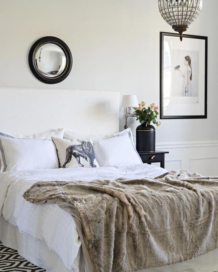 Ønsker dere en god onsdag med dette behagelige og feminine soverommet, som kommer i #maisoninteriør #levvakkert #beautiful #soft #feminine #romantic #bedroom #soverom #lysekrone #chandelier #romantisk #interior #interiør #instahome #interiordesign #interiørdesign #inspirasjon #inspiration #style #classicelegance