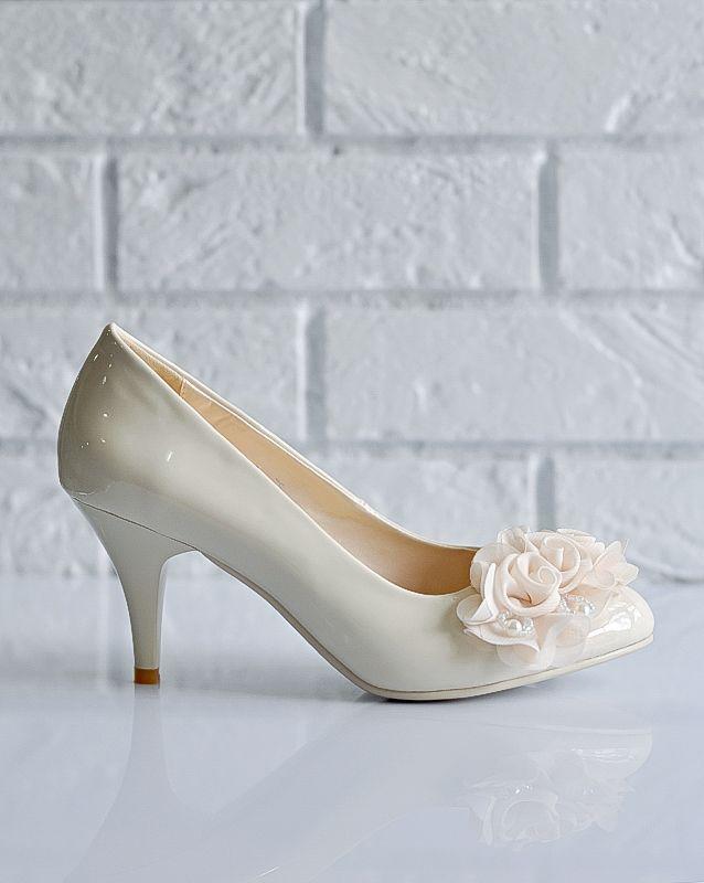 Свадебные туфли: F209-D783 - http://vbelom.ru/catalog/svadebnye-tufli-f209-d783/ Стильные свадебные туфли на каблуке.  Туфли-лодочки выдержаны в классическом свадебном стиле: глянцевая поверхность и роскошные цветы на мысе. Представлены в двух цветах: белом и айвори. Роскошные туфли для ро