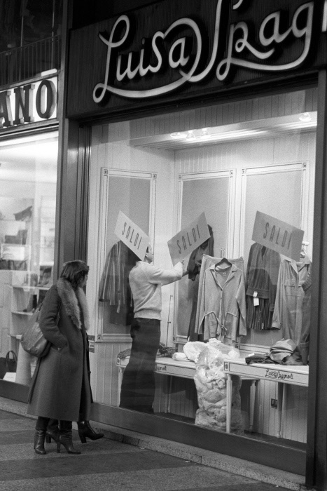A woman looks at the window of a clothing store Luisa Spagnoli in the days of sales. Italy, seventies MONDADORI PORTFOLIO/Adriano Alecchi