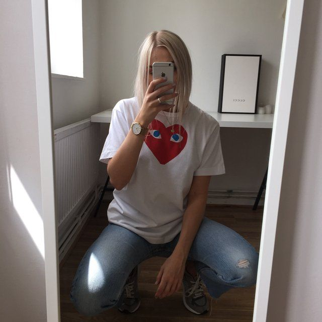 White Comes Des Garcon red heart with eyes tee