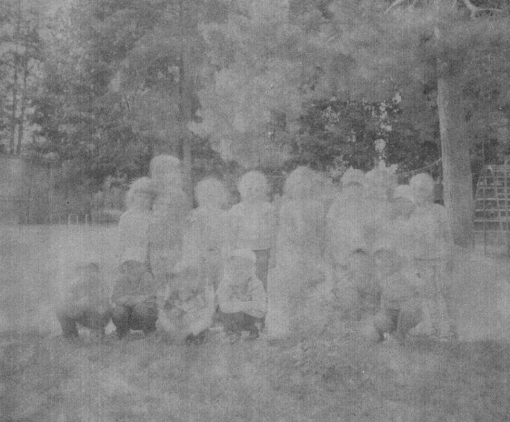 Kazuma Obara, Japan, 2015, Exposure    Zdjęcie z serii nagrodzonej 1. Nagrodą w kategorii People. Cykl opowiada o dziewczynie, która urodziła się na Ukrainie krótko po tragedii w Czarnobylu. Dodatkową ciekawostką jest fakt, że zdjęcia wykonano na negatywie znalezionym w miejscowości Prypeć, położonej 5 km od elektrowni w Czarnobylu