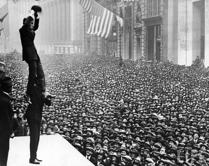 Charlie Chaplin in front of New York crowd, 1918