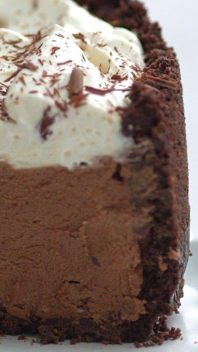 Receita com instruções em vídeo: Com uma base crocante e um recheio de mousse de chocolate delicioso essa torta é um verdadeiro sonho! Ingredientes: *Crosta de Cookies, 4 xícaras de biscoitos de chocolate com gotas de chocolate (cerca de 28 biscoitos) triturados , 110g de manteiga derretida, *Mousse de Chocolate, 340 gramas de chocolate meio amargo bem picado, 2 ½ xícaras de creme de leite gelado, dividido, ⅓ de xícara de açúcar, 2 colheres de chá de pó de café expresso, ½ xícara de masc...