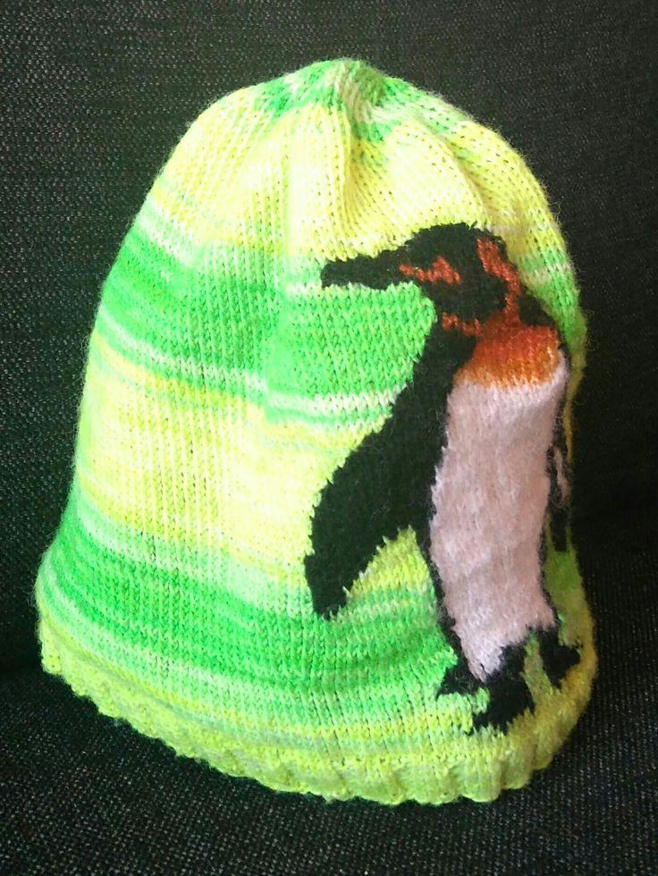 Stickad mössa, eget mönster. Mönster för pingvin omvandlat från ett foto.
