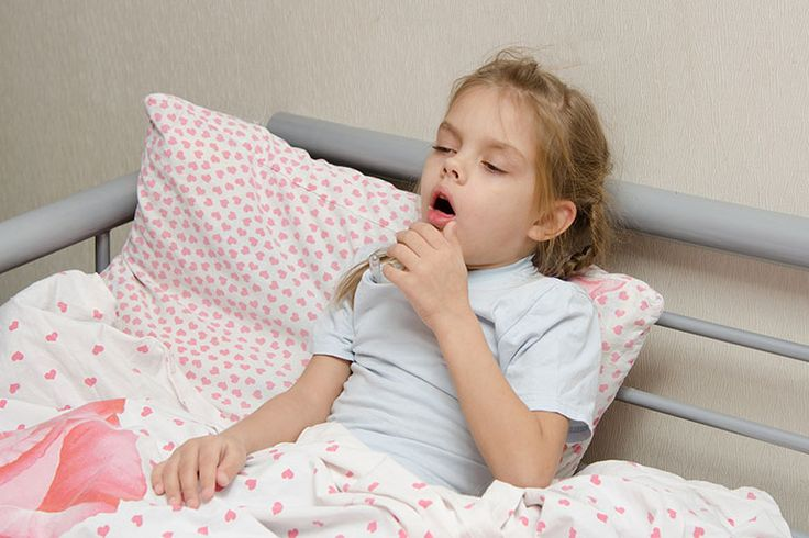 Pneumonia is highly contagious and is also life-threatening for children. Get to know the seven most important symptoms of pneumonia in children.